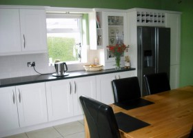 5 Piece Ivory Shaker With Black Quarry Worktop