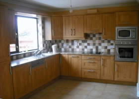 5 Piece Oak Shaker with Mottled Brown Worktop